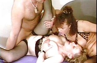 Meztelenül Mutatja Punci alvós pornó az utcán, maszturbál