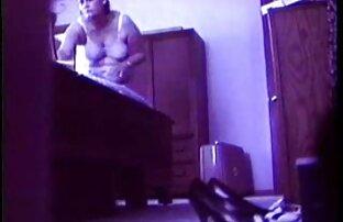 Gyönyörű, tini nő ül az eroszakos porno videok ágyban a szeretője
